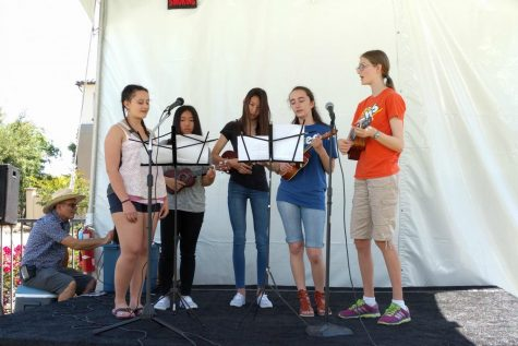 Ukelele Club Performs At Art In The Park