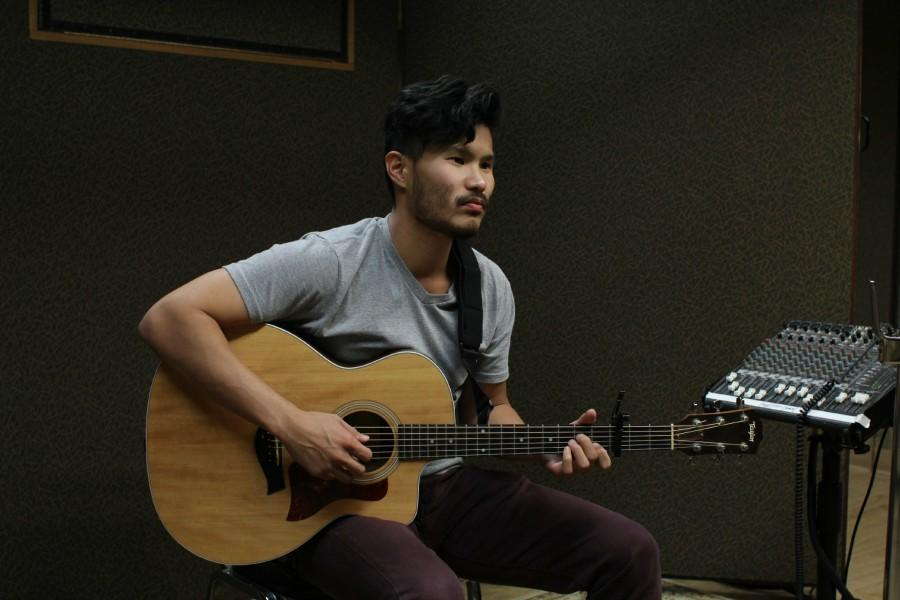 Alumnus+Peter+Su+%2703+with+his+guitar.+Courtesy+of+Peter+Su.+